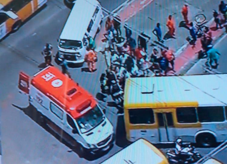 Ciclista ficou ferido e recebe os primeiros socorros da equipe do Samu | Foto: Reprodução | Tv Record - Foto: Reprodução | Tv Record