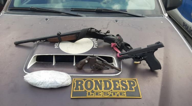 Três armas de diferentes calibres e entorpecente foram apreendidos com os criminosos | Divulgação | SSP - Foto: Divulgação | SSP