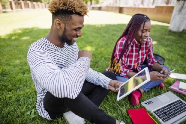 A marca foi atingida a despeito das menores taxas de conclusão do ensino médio e de ingresso no ensino superior registradas entre negros | Foto: Divulgação | Freepik - Foto: Divulgação | Freepik