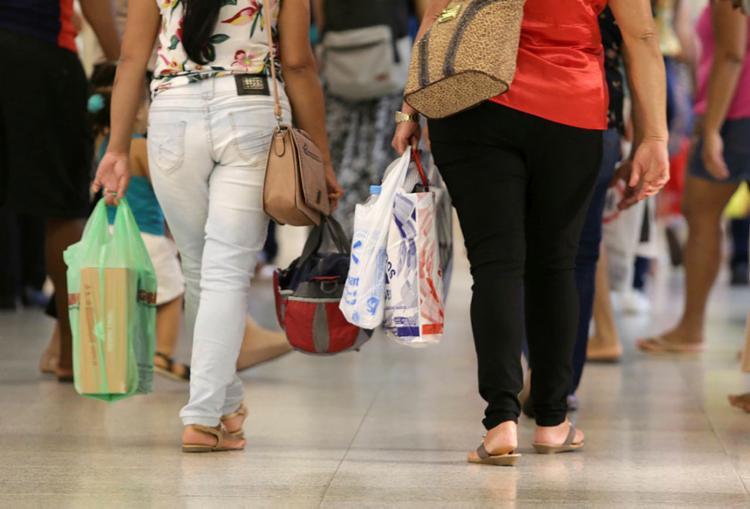 Expectativa é que consumidor volte às compras com liberação do décimo terceiro salário   Foto: Uendel Galter   Ag. A TARDE - Foto: Uendel Galter   Ag. A TARDE