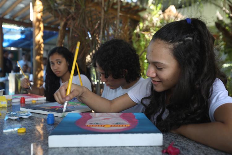 Escola está investido em aulas de arte e pintura como uma alternativa para acalmar os ânimos | Foto: Felipe Iruatã | Ag. A TARDE - Foto: Felipe Iruatã | Ag. A TARDE