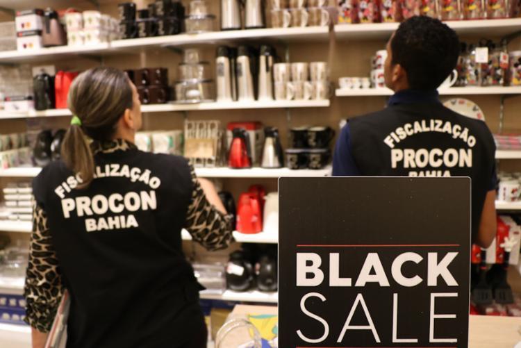 Fiscalização já foi realizada em algumas lojas do Salvador Shopping | Foto: Michele Brito | Ascom SJDHDS - Foto: Michele Brito | Ascom SJDHDS