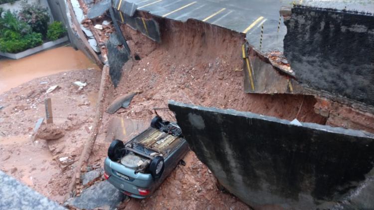 Alguns carros que estavam no local foram soterrados   Foto: Cidadão Repórter   Via WhatsApp