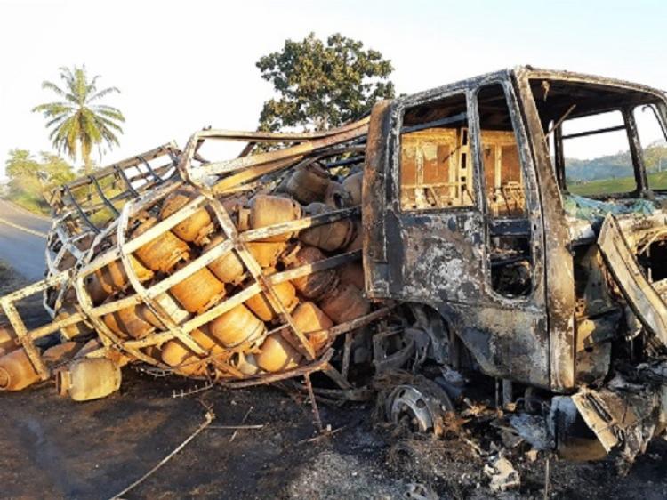 Apesar do caminhão ter estacionado no acostamento, por conta das chamas, a pista ficou interditada por mais de uma hora | Foto: Reprodução/Giro Ipiaú - Foto: Reprodução/Giro Ipiaú