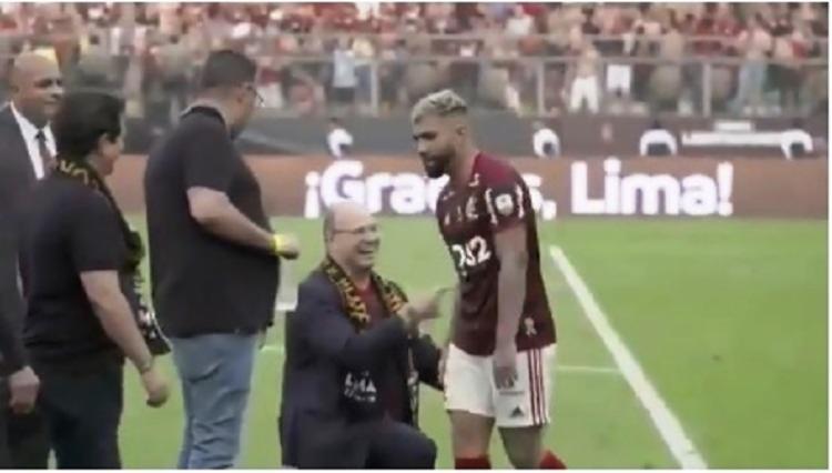 Momento em que Witzel se ajoelha diante de Gabigol   Foto: Reprodução   Instagram - Foto: Reprodução   Instagram