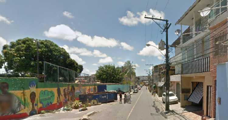 Vítima foi encontrada sem vida próxima ao colégio   Foto: Reprodução   Google Street View - Foto: Reprodução   Google Street View