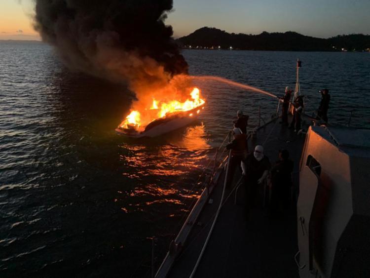 O navio estava retornando à Base Naval de Aratu (BNA) quando avistou a pequeno barco em chamas | Foto: Marinha do Brasil | Divulgação - Foto: Marinha do Brasil | Divulgação
