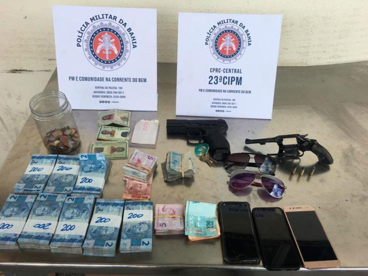 Armas, celulares e dinheiro foram encontrados com os suspeitos | Divulgação | SSP - Foto: Divulgação | SSP