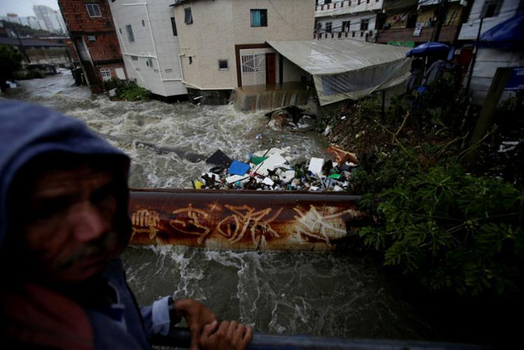 Se viram ruas alagadas, trânsito travado, casas alagadas, gente caminhando por águas podres - Foto: Raphael Müller   Ag. A TARDE