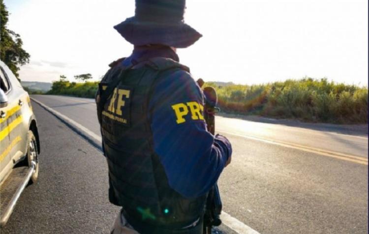 No local onde o suspeito foi preso foi encontrado um carro furtado no dia anterior a sua prisão - Foto: Divulgação | PRF