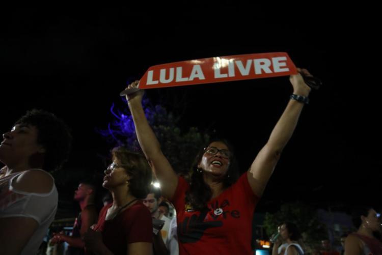 Militância foi às ruas em Salvador comemorar a soltura do ex-presidente | Foto: Felipe Iruatã | Ag. A Tarde - Foto: Felipe Iruatã | Ag. A Tarde