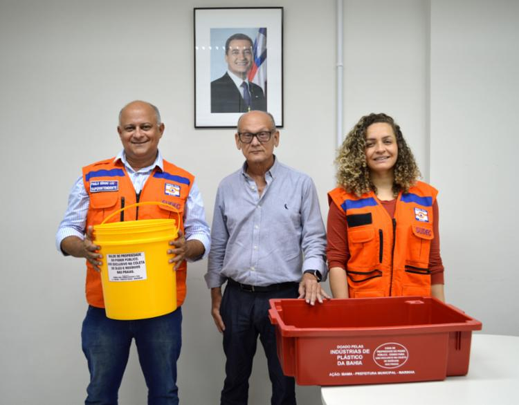 O Sindicato das Indústrias de Material Plástico da Bahia fez uma doação de mil caixas plásticas e 500 baldes plásticos. - Foto: Divulgação
