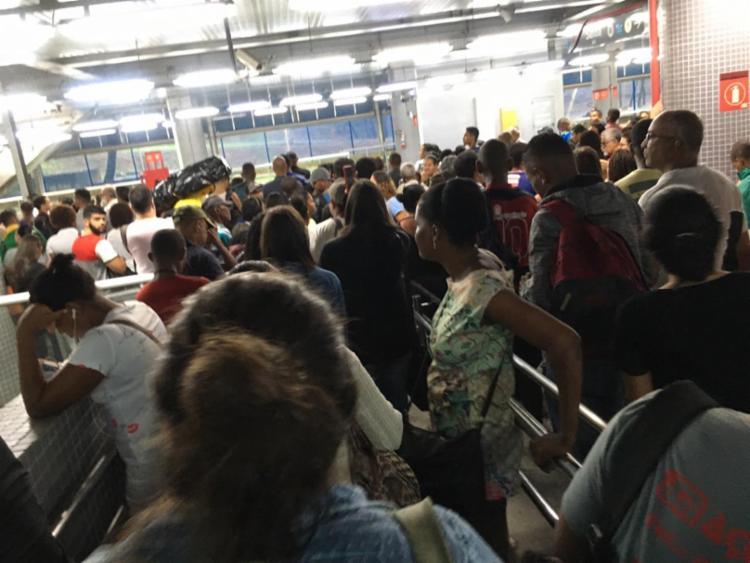 Usuários do serviço ficaram ilhados nas estações   Foto: Cidadão Repórter - Foto: Cidadão Repórter
