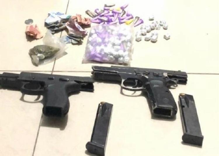 Com a dupla, foram encontradas armas e munições   Foto: Divulgação   SSP - Foto: Foto: Divulgação   SSP
