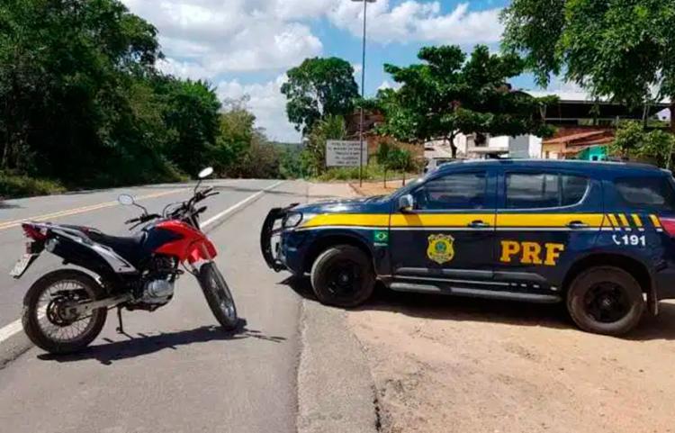 Um homem de identificou como proprietário da moto, relatando que adquiriu há cerca de quatro meses   Foto: Divulgação   PRF - Foto: Divulgação   PRF