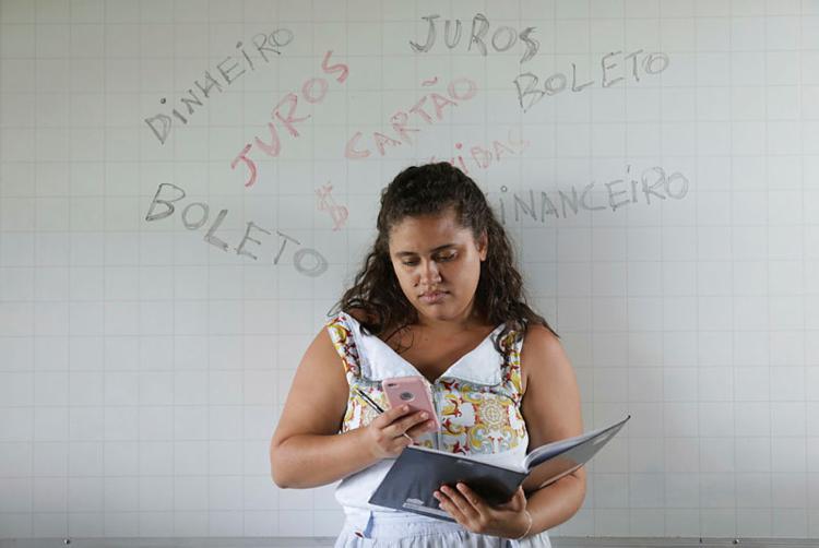 Estudante Iris teve que negociar com administradora - Foto: Raul Spinassé | Ag A TARDE