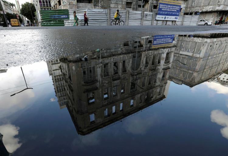 Na foto, reflexo de prédio abandonado na Praça Cayru   Foto: Raul Spinassé   Ag A TARDE - Foto: Raul Spinassé   Ag A TARDE