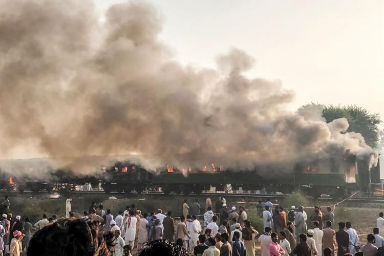 Três vagões foram afetados pelo incêndio | Foto: Handout | Serviço de Resgate de Emergência Punjab do Paquistão | AFP - Foto: Handout | Serviço de Resgate de Emergência Punjab do Paquistão | AFP