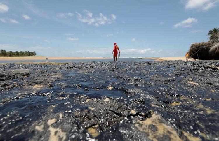 Apenas em Salvador, 125,8 toneladas de óleo foram removidas | Foto: Adilton Venegeroles | Ag. A TARDE - Foto: Adilton Venegeroles | Ag. A TARDE