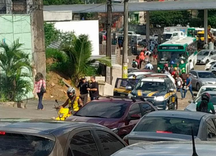 Jovem foi baleado dentro do carro em que estava com o seu pai   Cidadão Repórter   Via WhatsApp - Foto: Cidadão Repórter   Via WhatsApp
