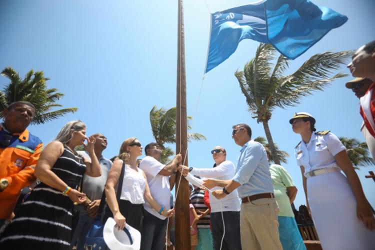 A bandeira azul é hasteada como indicação de conformidade | Foto: Felipe Iruatã | Ag. A TARDE - Foto: Felipe Iruatã | Ag. A TARDE