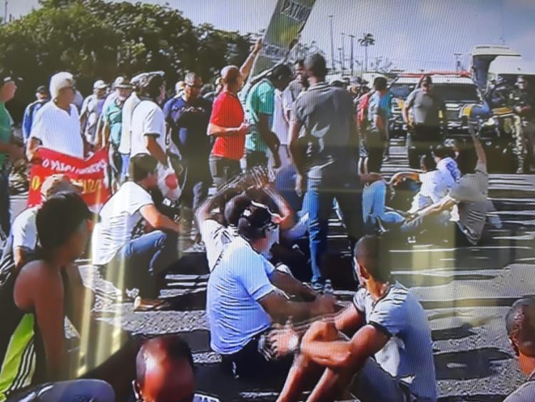 Agentes da PRF acompanham o protesto e tentam organizar o tráfego | Foto: Reprodução|TV Bahia - Foto: Reprodução | TV Bahia