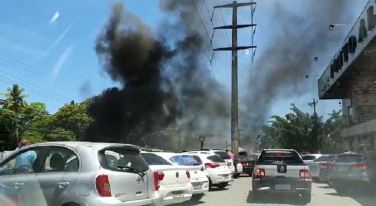 Fumaça provocada pela queima de objetos em via pública | Foto: Reprodução - Foto: Reprodução
