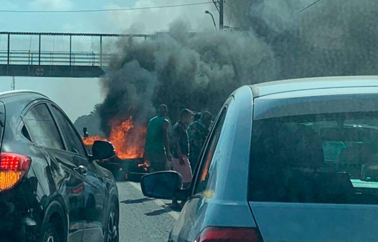 Grupo ateou fogo em pneus | Foto: Cidadão Repórter - Foto: Cidadão Repórter