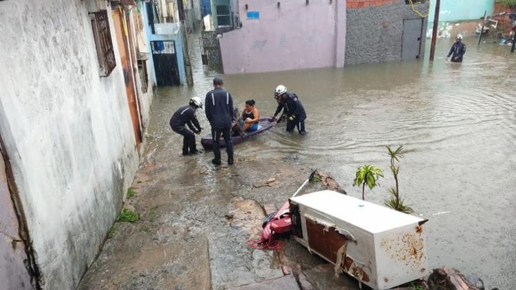 Bombeiros utilizaram boias de salvamento aquático e botes para o resgate | Foto: Divulgação | CBMBA - Foto: Divulgação | CBMBA