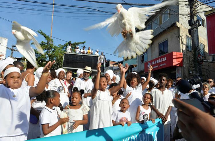 Soltura de pombos brancos simboliza a fé e a paz entre as pessoas | Foto: Shirley Stolze | Ag. A TARDE - Foto: Shirley Stolze | Ag. A TARDE