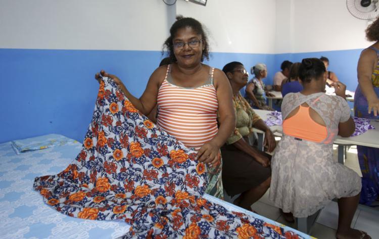 Suzana aprendeu a costurar no curso | Foto: Adilton Venegeroles | Ag. A TARDE