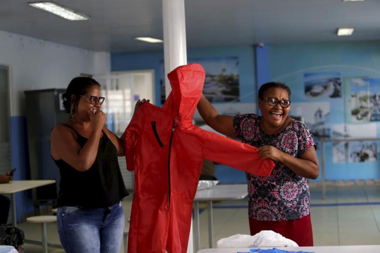 Marta exibe a roupa feita para a sobrinha | Foto: Adilton Venegeroles | Ag. A TARDE