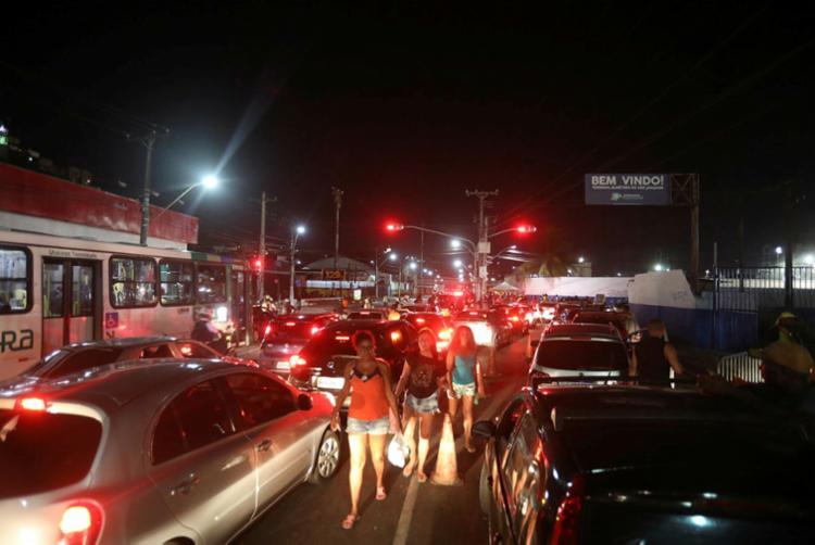 Filas de três quilômetros congestionaram o trânsito em várias regiões da Cidade Baixa na noite desta quinta | Foto: Felipe Iruatã | Ag. A TARDE - Foto: Felipe Iruatã | Ag. A TARDE