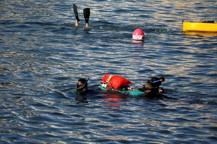 Saco com detritos, como latinhas e garrafas pet, é retirado da praia do Porto por mergulhadores do projeto | Foto: Felipe Iruatã | Ag. A TARDE - Foto: Felipe Iruatã | Ag. A TARDE
