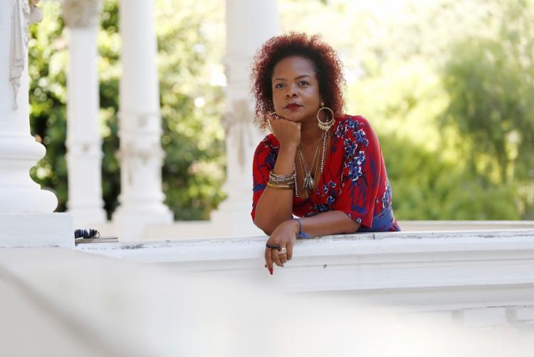 A poeta e pesquisadora Lívia Natália discute a solidão da mulher negra