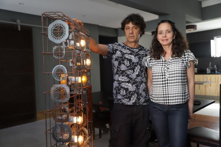 A arquiteta Kiki Meirelles e o cenógrafo Manolo Araújo criaram a Struto, que vende obras baseadas no conceito de upcycling - Foto: Uendel Galter/ Ag. A TARDE