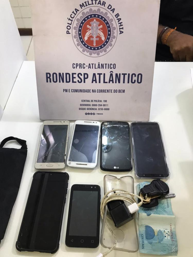 Foram apreendidos sete celulares e R$ 100   Foto: Divulgação   SSP - Foto: Divulgação   SSP