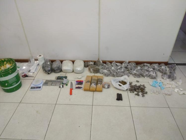 Mais de 1000 porções de drogas foram apreendidas na ação da polícia | Foto: Divulgação | SSP - Foto: Divulgação | SSP