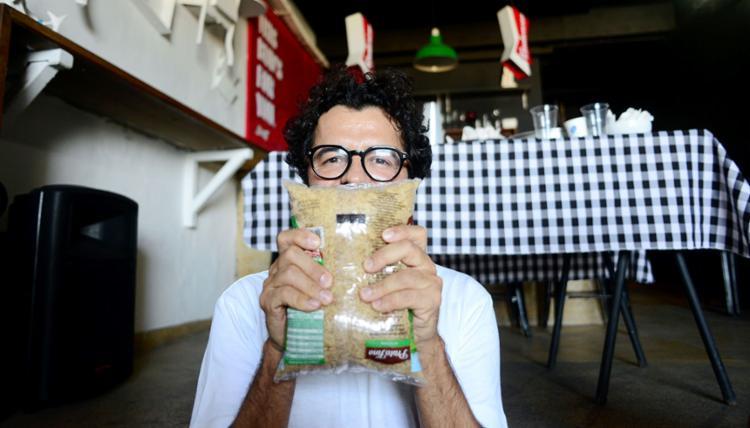 O gestor do Lálá Casa de Arte, Luís Ricardo Dantas, já desenvolveu algumas atividades desde que o óleo atingiu as praias do bairro | Shirley Stolze | Ag. A TARDE - Foto: Shirley Stolze | Ag. A TARDE