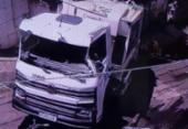 Caminhão de lixo tomba em imóvel na Estrada das Barreiras | Foto: Reprodução | TV Bahia