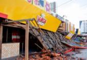 Parte de telhado fica destruído após carro se chocar com restaurante | Foto: Ed Santos | Acorda Cidade