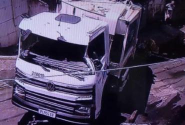 Caminhão de lixo tomba em imóvel na Estrada das Barreiras | Reprodução | TV Bahia