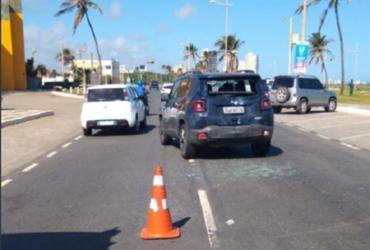 Após batida, motorista abandona carro na avenida Octávio Mangabeira | Divulgação | Transalvador