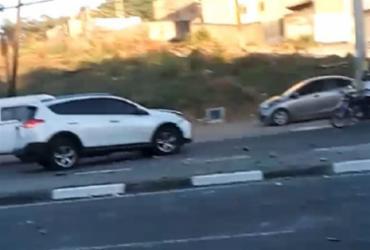 Carro bate em poste e acidente causa engarrafamento em Lauro de Freitas | Reprodução
