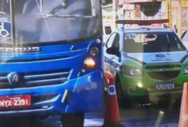 Trânsito fica lento na Suburbana após carro capotar e deixar óleo espalhado na pista | Reprodução | TV Bahia