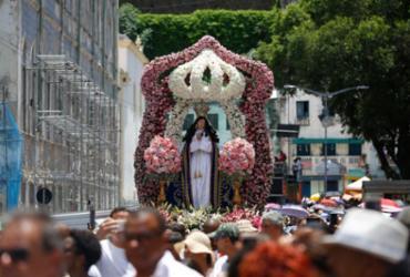 Sob sol forte, fiéis lotam ruas do Comércio em homenagem à padroeira da Bahia | Rafael Martins | Ag. A TARDE