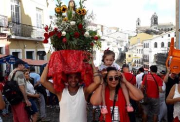 De vermelho e branco, fiéis reforçam devoção à Santa Bárbara | Thais Seixas | Ag. A TARDE