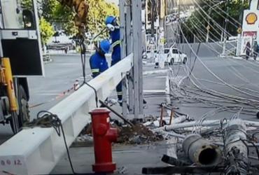 Caminhão derruba poste na avenida Vasco da Gama | Reprodução | TV Bahia