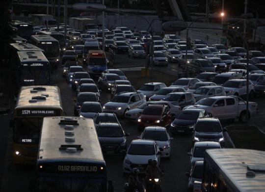 Protestos de motoristas de aplicativo travam trânsito de Salvador   Felipe Iruatã   Ag. A TARDE