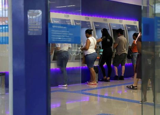 Caixa inicia pagamento de abono salarias para trabalhadores de dezembro | Uendel Galter | AG. A TARDE